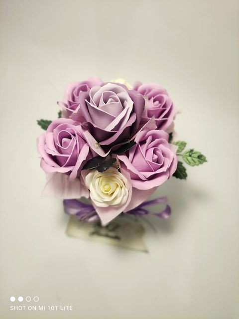 Букет-от-рози-в-керамична-кашпа