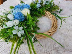 великденски-венец- със-сини-и-бели-цветя