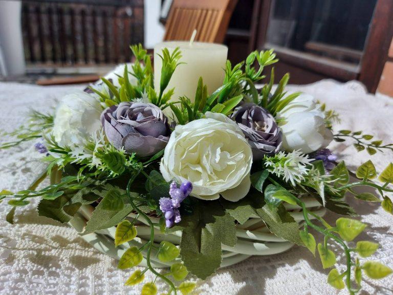 сет-декорация с бели-божури-и-лилави-рози