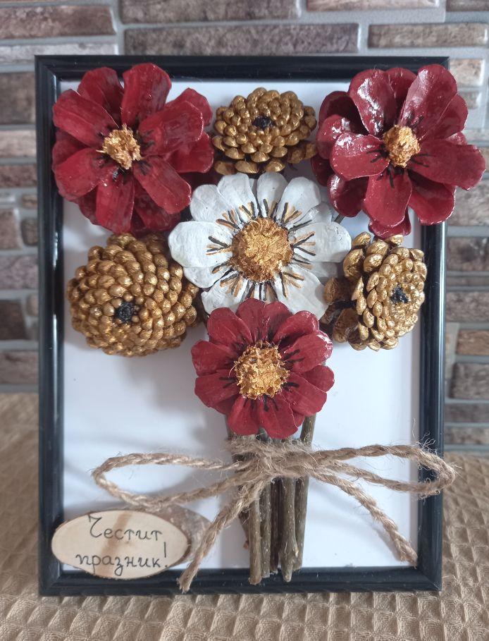 червени-и-бели-цветя-изработени-от-шишарки